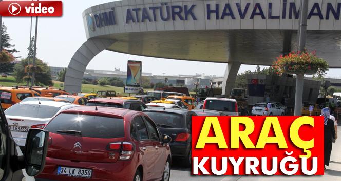 Güvenlik önlemleri havalimanında uzun araç kuyruğu