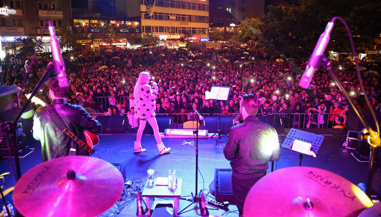 Aleyna Tilki'den Gençlere Muhteşem Konser