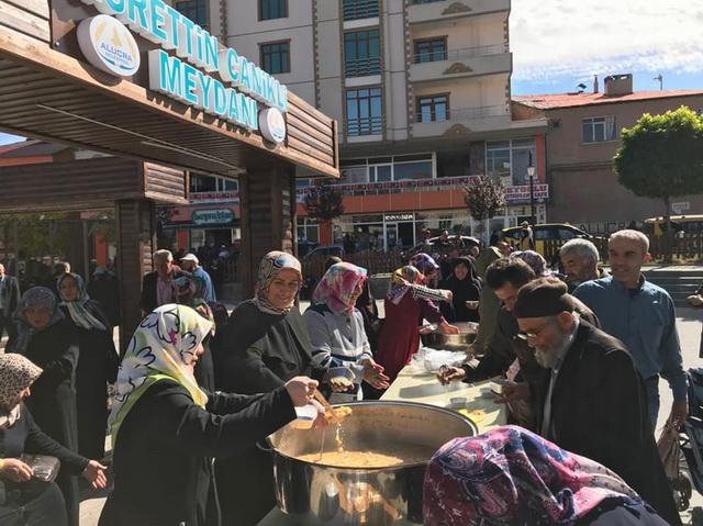 Alucra AK Parti Kadın Kolları Aşure Dağıttı