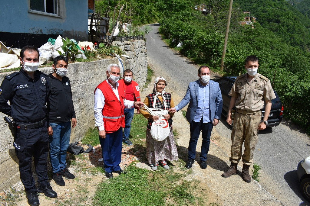 Doğankent'te Türk Kızılay Giresun Şubesi İftarlık Pide Dağıttı