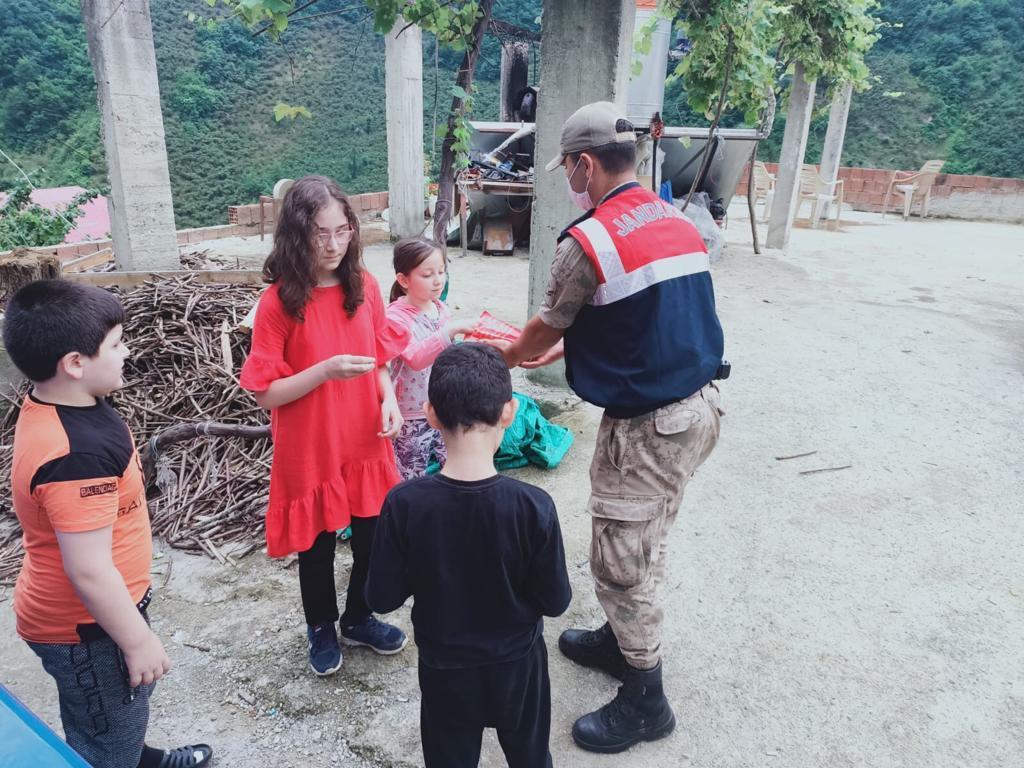 Bayramda köylerdeki çocukları