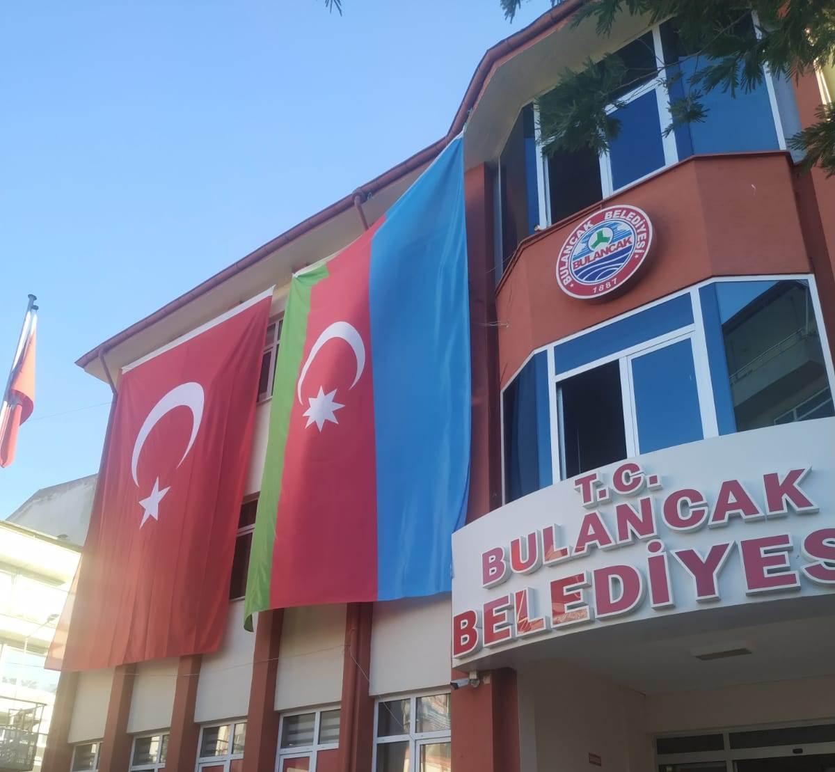 Bulancak Belediye Binasına Türkiye-Azerbaycan Bayrakları asıldı