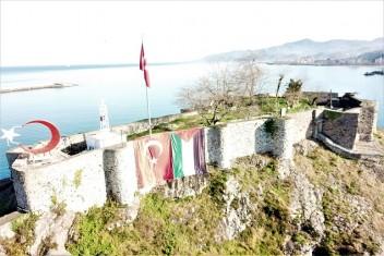 Tirebolu Kalesine Türkiye ve Filistin Bayrağı
