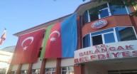 Bulancak Belediye Binasına Türkiye-Azerbaycan Bayrakları